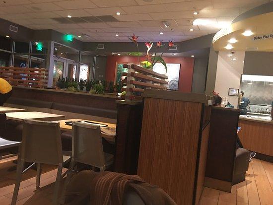 River Edge, Nueva Jersey: Views from my table and my Santa Barbara burger and shake