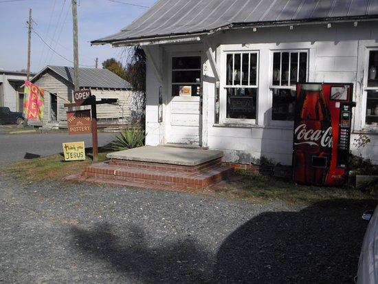 Seagrove, Kuzey Carolina: Turn & Burn Pottery on the NC Pottery Highway.....
