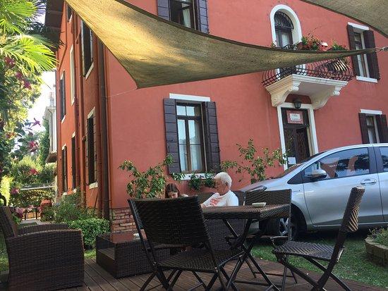 Lido di Venezia, Ιταλία: чашечка кофе в саду