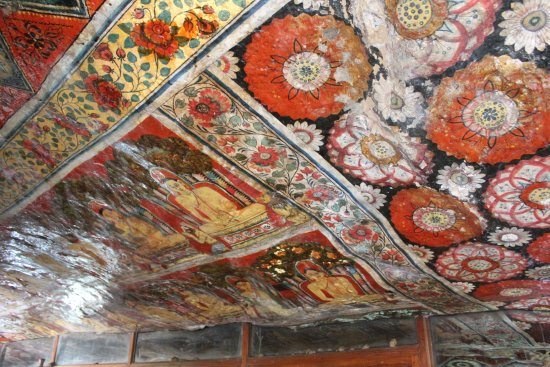 Mulkirigara Kloster: Lovely paintings on ceiling