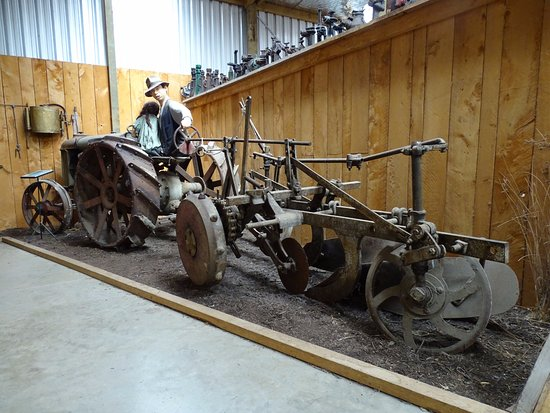 Hawera, Νέα Ζηλανδία: Old farm machinery with models