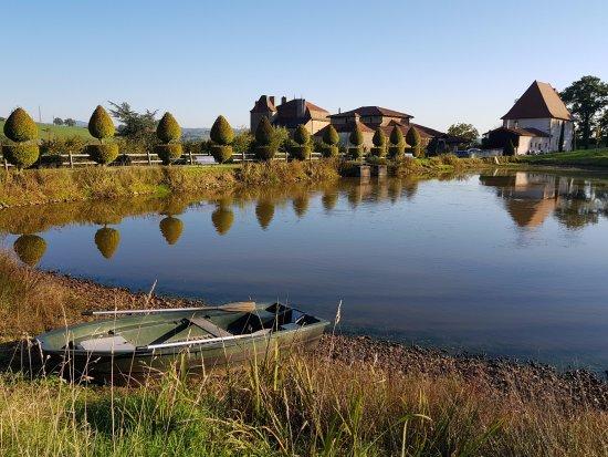 Charlieu, France: L'étang et, au fond, la bâtisse