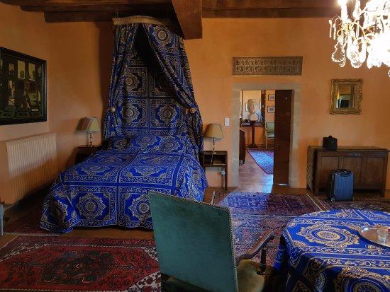 """Manoir de Malfarat : Le lit et au fond, la porte de """"l'antichambre"""""""
