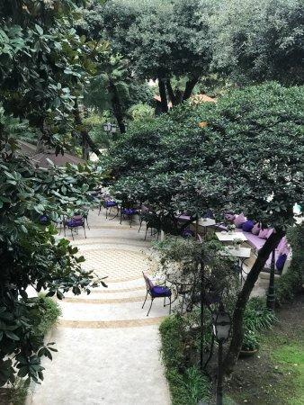 Aldrovandi Villa Borghese: Уютный дворик отеля. Грязные интерьеры. Обслуживание номера