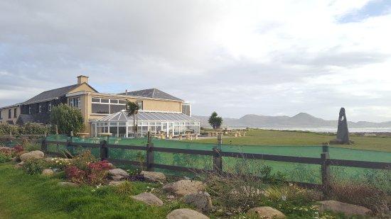 Waterville, Ireland: Hotel vom Strand aus