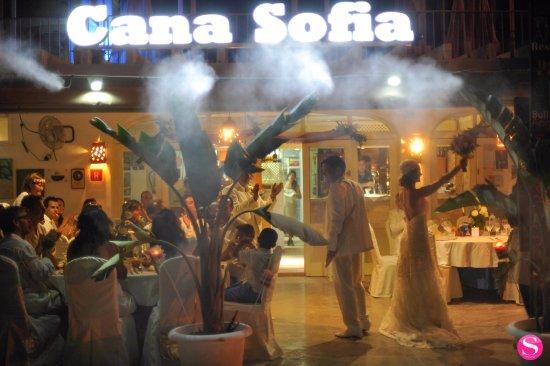 Restaurante Beach Cocktail Bar Cana Sofia: Entrada de novios al restaurante