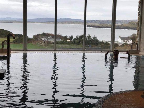 Portnablagh, Irlanda: View from the infinity pool looking out over the stunning bay.