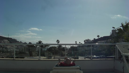 Hotel Servatur Terrazamar Suite & Sun Suite: Stor altan med solstolar, stolar o bord.