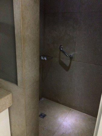 Hotel Longchamps: Bathroom