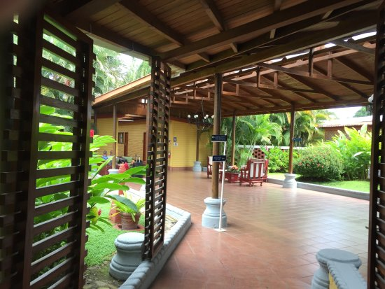 Best Western Las Mercedes: Walkways are covered to protect you from any rain