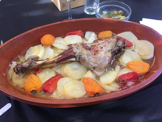 Mesón - Restaurante Los Morales: Depois de uma visita ao castelo, almoçar aqui merece muito a pena, é talvez um dos locais para c