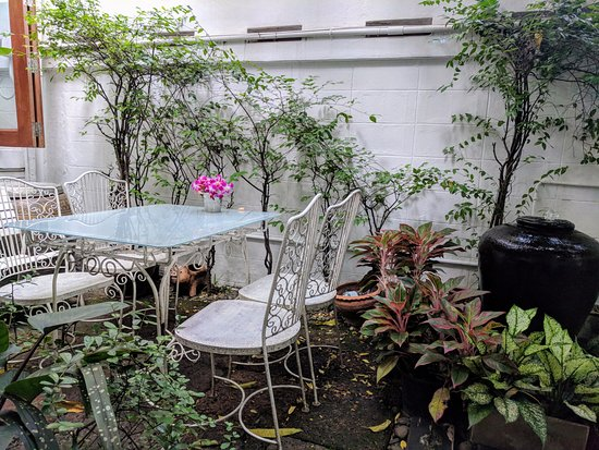 Cafe ice Residences: lovely outdoor patio for breakfast