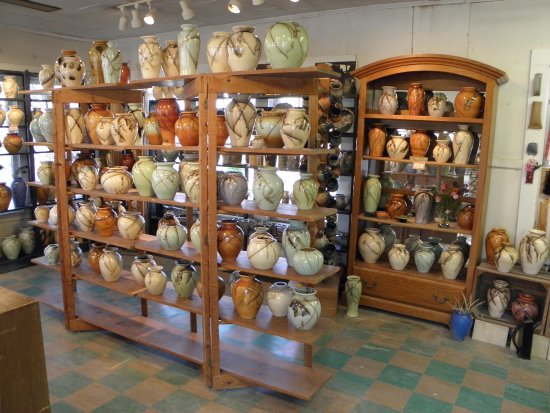 Seagrove, Kuzey Carolina: Turn & Burn pottery on display....