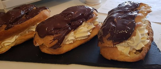 Tighnabruaich, UK: Freshly made chocolate eclairs
