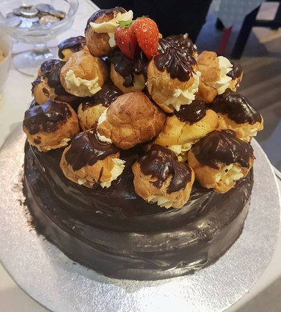Tighnabruaich, UK: Profiterole topped chocolate cake.