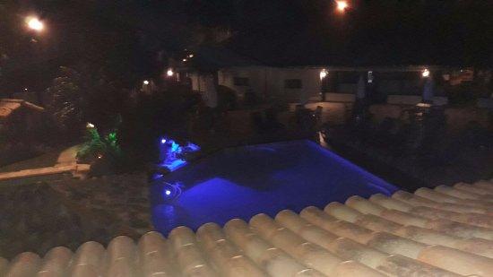 Pousada dos Tangaras: Piscina vista desde la terraza en la noche.