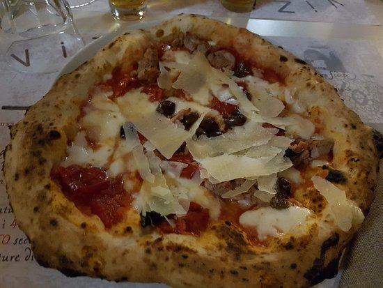 Dormelletto, Italia: pizza capperi olive e scaglie parmigiano