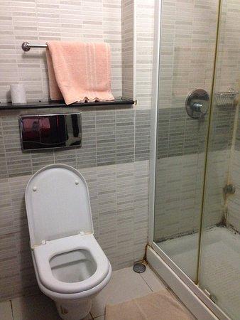 Cumberland Hotel: 簡單的浴室