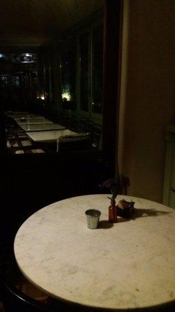 Bossolasco, Italien: Tavolini in marmo