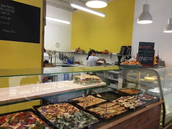 Otley, UK: Pizza counter and kitchen