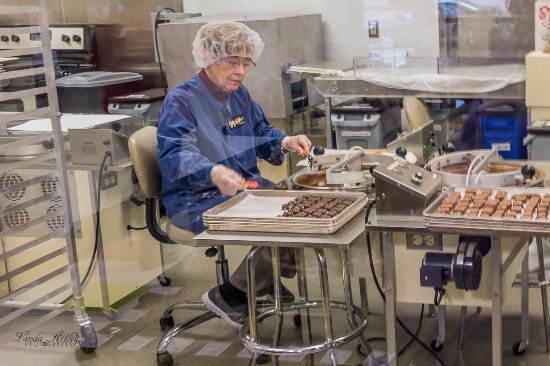Wilbur Chocolate Co. : Making the candy