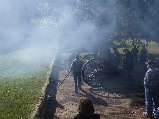 Jackson, LA: Demonstrating firing a field cannon