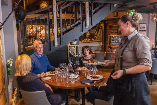 Porsgrunn, Norge: Våre hyggelige servitører serverer nydelig mat i elegante omgivelser