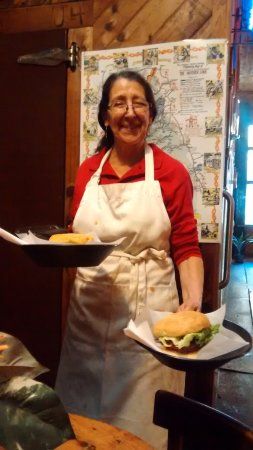 Volcano, Californië: Debbie serving best tasting hamburger in Amador county
