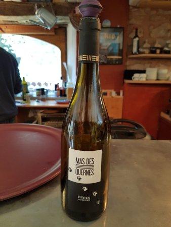 La Couvertoirade, France: Le vin goûté au verre: sur le fruit délicieux cuvée spéciale du blaireau
