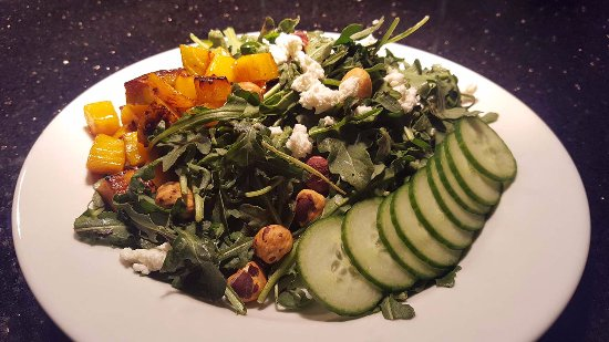 Pleasant Hill, Oregón: Dirty Salad with roasted beets, arugula, chevre, filberts and balsamic dressing