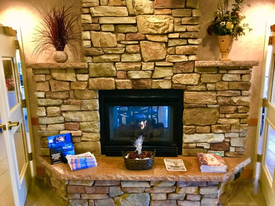 Chino Valley, Αριζόνα: Our Lobby is Warm and Inviting with a Fire Place in it for our guests eating breakfast!