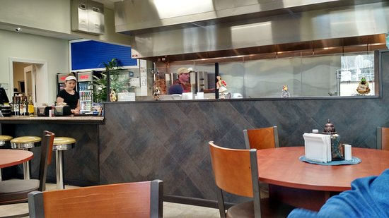 Manny's Greek Grill: Grill and pick up counter