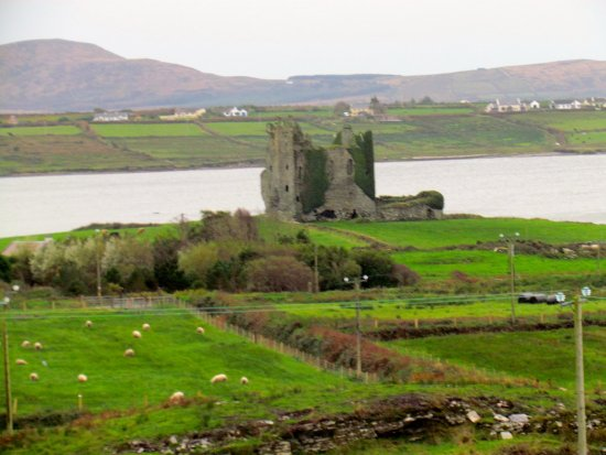 Cahersiveen, Ireland: Castle below Cahergall