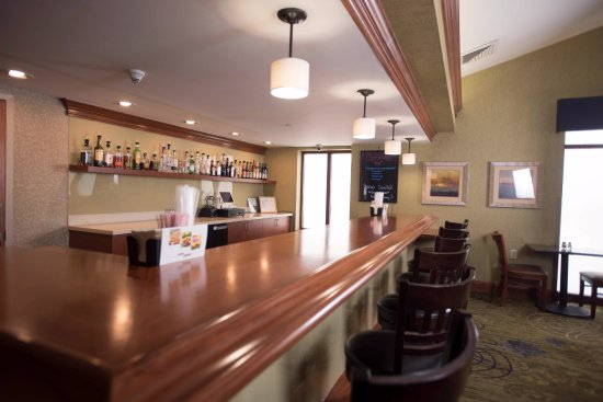 Clarion Inn Pittsburgh Cranberry: Our Over/Under Bar and Eatery has something to satisfy every craving!