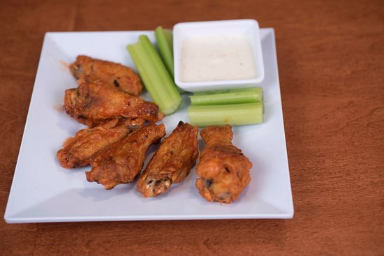 Cranberry Township, Пенсильвания: Try our buffalo wings at the Over/Under Bar and Eatery