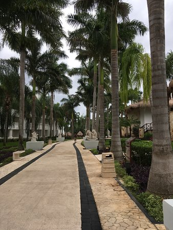 Grand Riviera Princess All Suites Resort & Spa: Just one pic of the centre walkway
