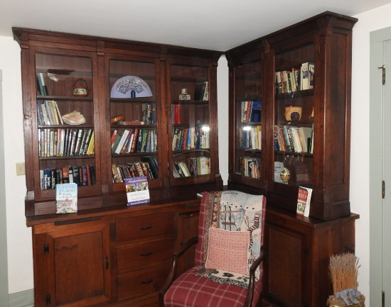 Shepherdstown, WV: Upstairs library, (also have icemaker, water, and computer in here)