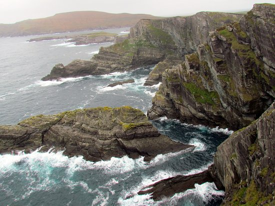 Portmagee, Irlanda: View in one direction from the cliff top
