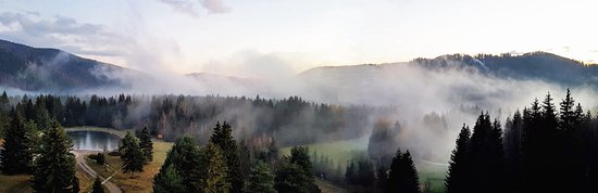 Brezno, Σλοβακία: Blick aus 5-ten Stock (in der Südseite) nach Thal