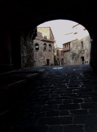 Montemerano, Ιταλία: один из входов на площадь