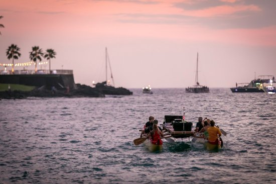 ‪‪Keauhou‬, هاواي: Paddle into the sunset on a Double Hull Hawaiian Canoe for our Night Manta Canoe Adventure!‬