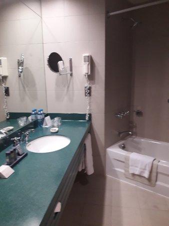Delfines Hotel & Convention Center: Detalle del baño
