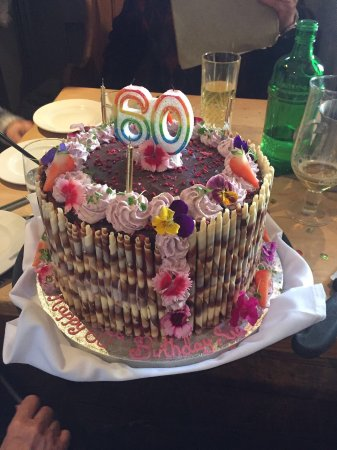 Hursley, UK: The snug and beautiful cake decorated by the King's Head head chef.