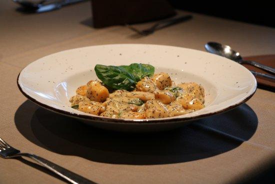 Ptuj, Słowenia: Homemade pumpkin gnocchi with mushrooms, poppy and young spinach