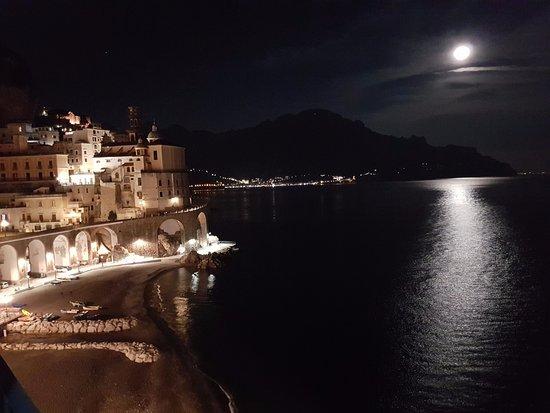 Atrani, Italy: Notte di luna piena dalla camera Rondine