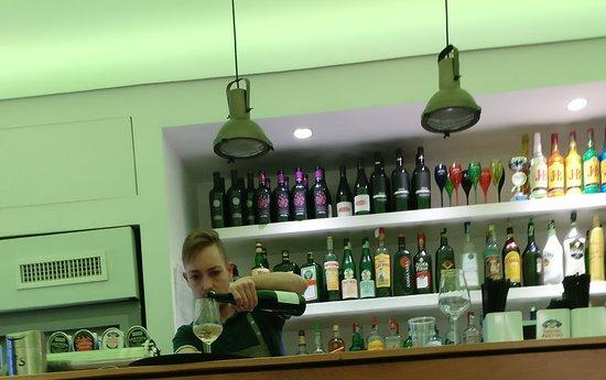 """Bartender der Bar """"coming out"""""""
