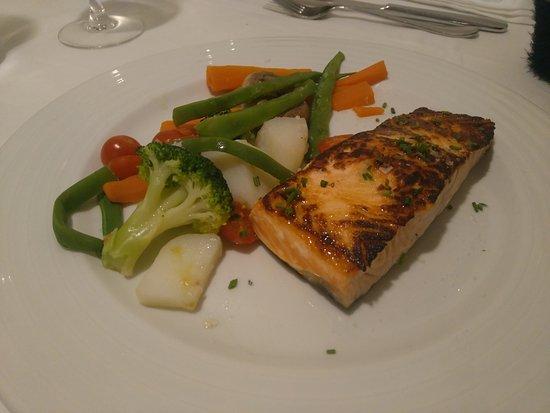 Suprema de salm n a la plancha con su guarnici n de verduras frescas fotograf a de al punt - Restaurante al punt ...