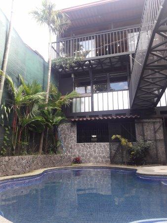 Hostel Pangea: la piscina es algo fria durante la mayor parte del dia.