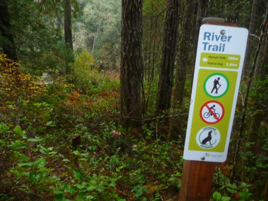 Courtenay, Canadá: signs along the way.