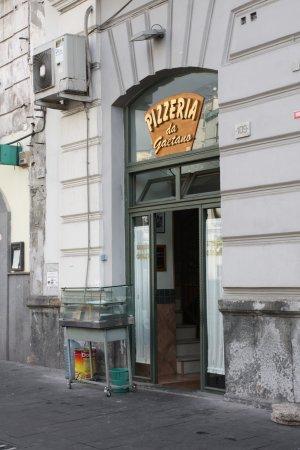Pizzeria da Gaetano : По диагонали от Порта Капуана.